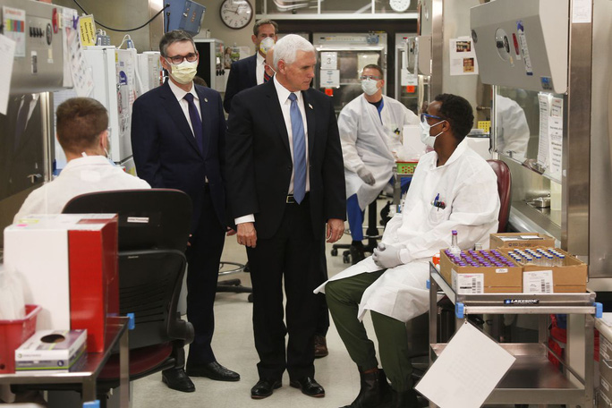 Covid-19: Phó Tổng thống Pence không đeo khẩu trang tại bệnh viện - Ảnh 2.