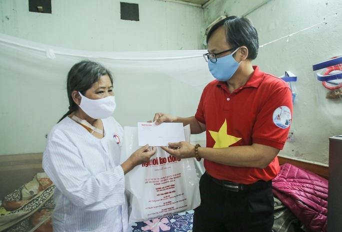Trao tặng quà của bạn đọc Báo Người Lao Động cho bệnh nhân xóm chạy thận tại Hà Nội - Ảnh 1.
