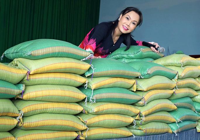 Nghệ sĩ tặng 8 tấn gạo cho người nghèo giữa khó khăn do dịch Covid -19 - Ảnh 4.