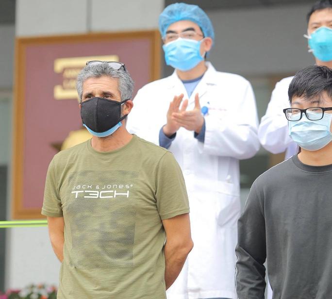 Vì sao 3 bệnh nhân nặng đã 3 lần âm tính với SARS-CoV-2 vẫn chưa xuất viện? - Ảnh 2.
