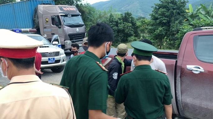 Lực lượng chức năng chặn bắt ôtô chở người vượt biên trái phép