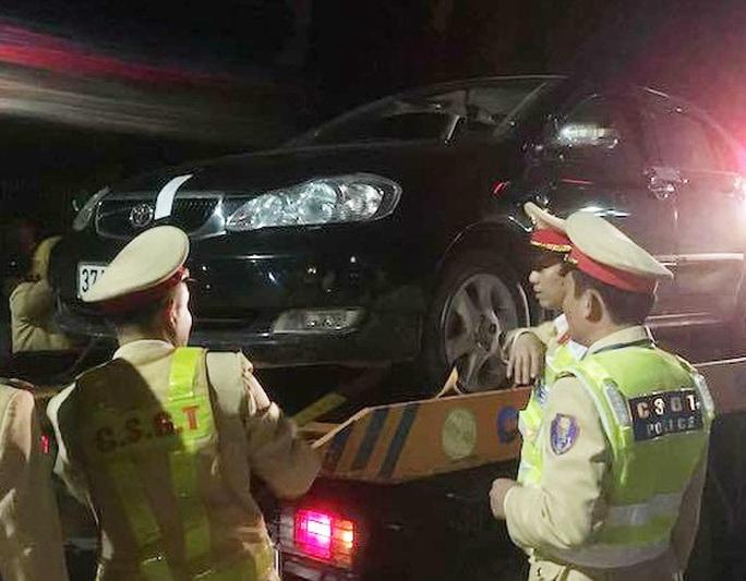 Uống rượu, điều khiển xe ôtô đi trái đường, 1 thầy giáo bị phạt gần 40 triệu đồng - Ảnh 1.