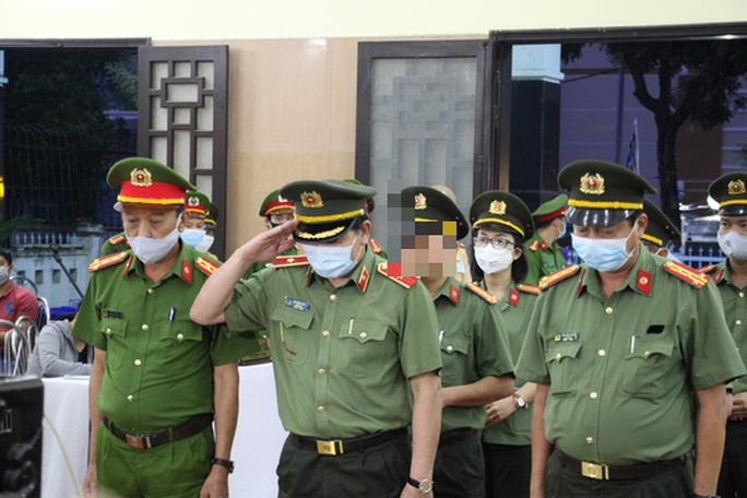 Nghẹn ngào lễ viếng hai công an Đà Nẵng hy sinh khi truy đuổi tội phạm - Ảnh 1.