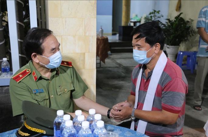 Nghẹn ngào lễ viếng hai công an Đà Nẵng hy sinh khi truy đuổi tội phạm - Ảnh 8.