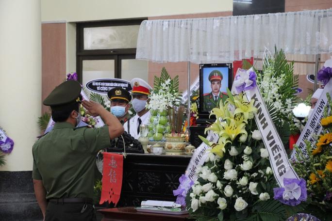 Nghẹn ngào lễ viếng hai công an Đà Nẵng hy sinh khi truy đuổi tội phạm - Ảnh 9.