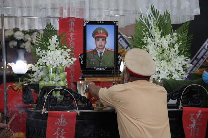 Nghẹn ngào lễ viếng hai công an Đà Nẵng hy sinh khi truy đuổi tội phạm - Ảnh 10.
