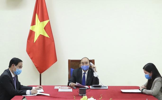 Thủ tướng Nguyễn Xuân Phúc điện đàm với Tổng thống Hàn Quốc về dịch Covid-19 - Ảnh 1.