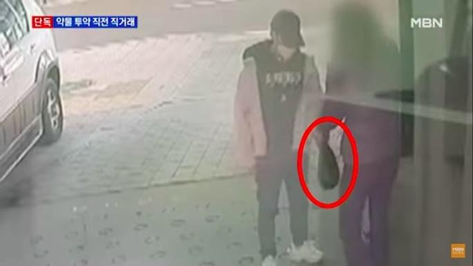 Lộ clip ca sĩ thần tượng nhận túi màu đen trước khi bất tỉnh trong nhà tắm - Ảnh 2.