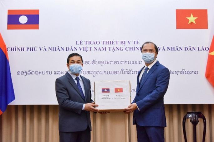 Trao trang thiết bị y tế Việt Nam tặng Lào, Campuchia - Ảnh 1.