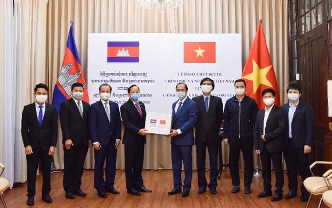 Trao trang thiết bị y tế Việt Nam tặng Lào, Campuchia - Ảnh 2.