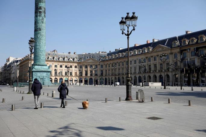 Covid-19: Người chết tăng kỷ lục, chợ thực phẩm Pháp thành nhà xác - Ảnh 1.