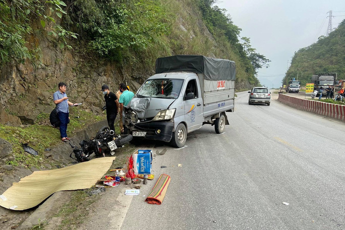 Xe máy lấn làn tông đầu xe tải, 2 thanh niên thương vong - Ảnh 1.