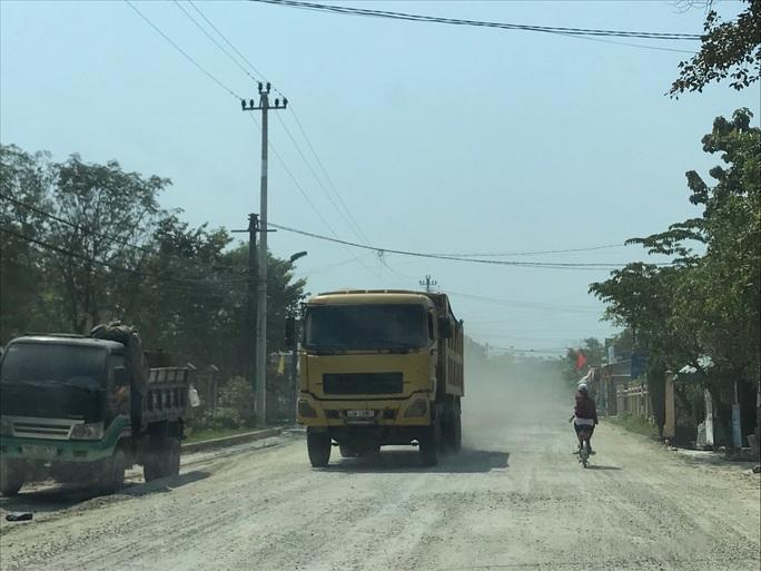 Đường mới nâng cấp đã hư, bên thi công nói do xe quá tải - Ảnh 1.