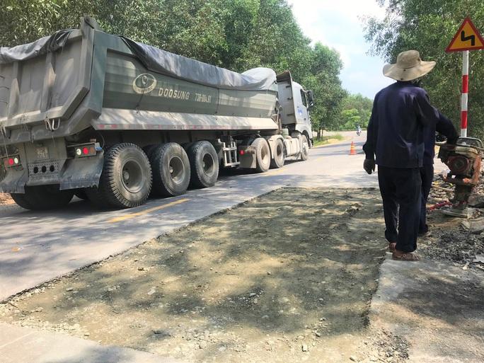 Đường mới nâng cấp đã hư, bên thi công nói do xe quá tải - Ảnh 4.