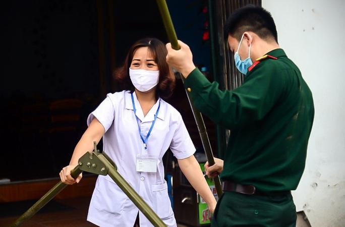 CLIP: Người dân thôn 1.400 nhân khẩu hô vang chiến thắng khi được dỡ bỏ cách ly - Ảnh 7.