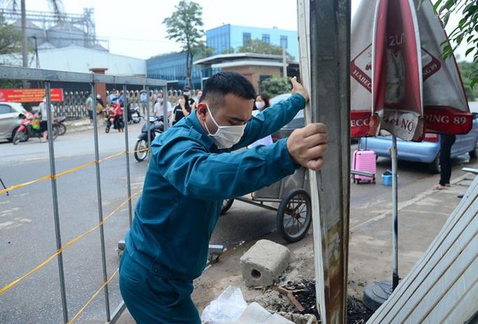 CLIP: Người dân thôn 1.400 nhân khẩu hô vang chiến thắng khi được dỡ bỏ cách ly - Ảnh 8.