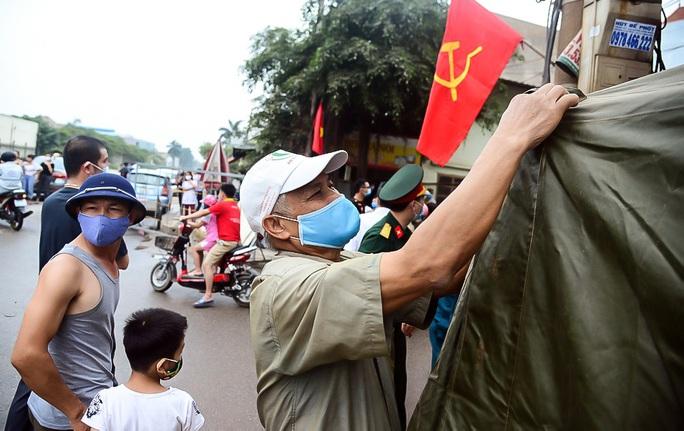 CLIP: Người dân thôn 1.400 nhân khẩu hô vang chiến thắng khi được dỡ bỏ cách ly - Ảnh 9.