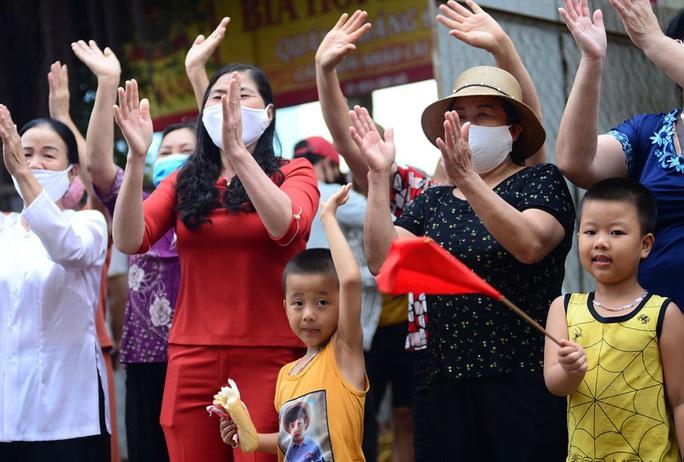 CLIP: Người dân thôn 1.400 nhân khẩu hô vang chiến thắng khi được dỡ bỏ cách ly - Ảnh 14.