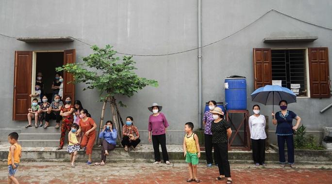 CLIP: Người dân thôn 1.400 nhân khẩu hô vang chiến thắng khi được dỡ bỏ cách ly - Ảnh 15.