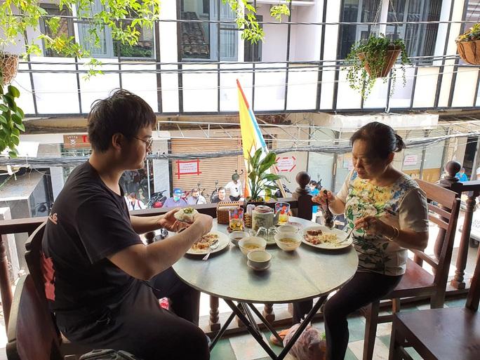 Công ty du lịch làm việc xuyên lễ để bán tour Vũng Tàu, Đà Lạt, Nha Trang...  - Ảnh 1.