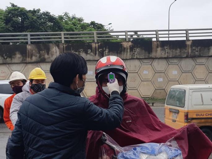 Cận cảnh Hà Nội kiểm tra, xử lý người ra đường không thuộc diện cho phép - Ảnh 6.