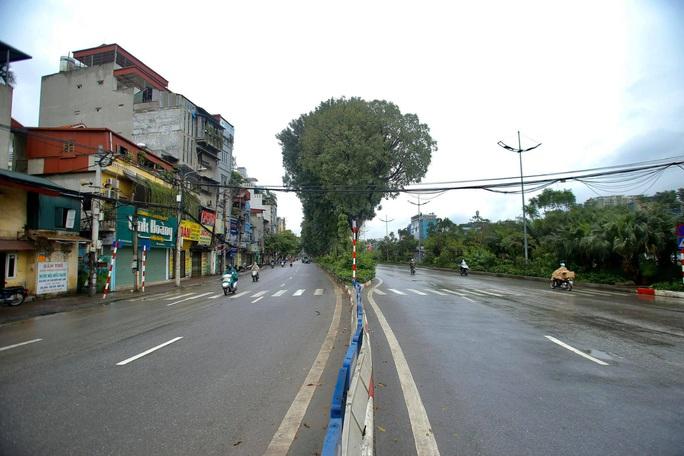 Cận cảnh Hà Nội kiểm tra, xử lý người ra đường không thuộc diện cho phép - Ảnh 10.