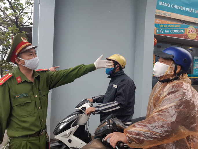 Cận cảnh Hà Nội kiểm tra, xử lý người ra đường không thuộc diện cho phép - Ảnh 12.