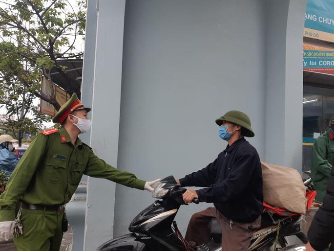 Cận cảnh Hà Nội kiểm tra, xử lý người ra đường không thuộc diện cho phép - Ảnh 13.