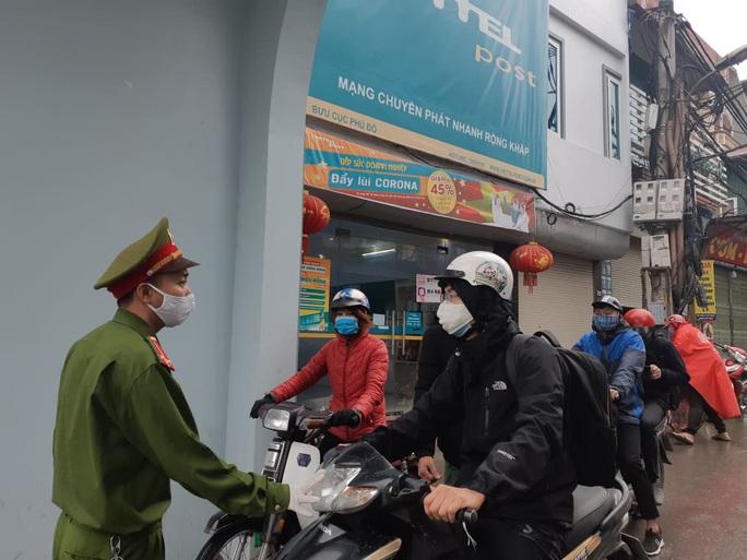 Cận cảnh Hà Nội kiểm tra, xử lý người ra đường không thuộc diện cho phép - Ảnh 1.