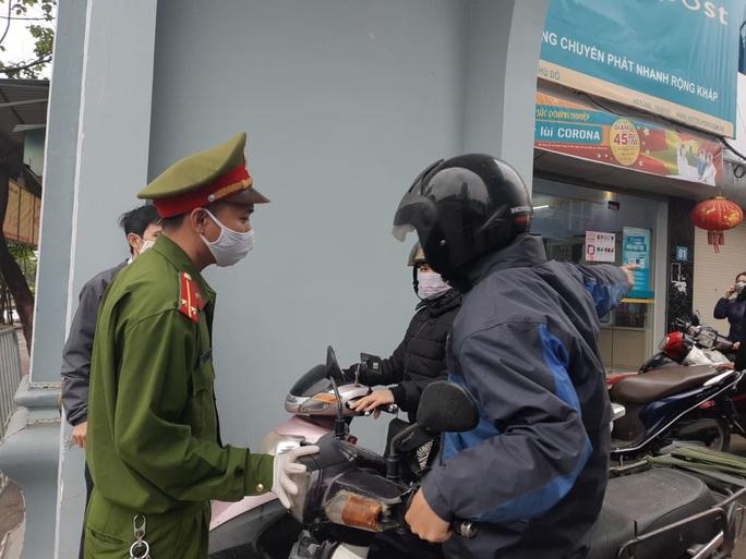 Cận cảnh Hà Nội kiểm tra, xử lý người ra đường không thuộc diện cho phép - Ảnh 14.