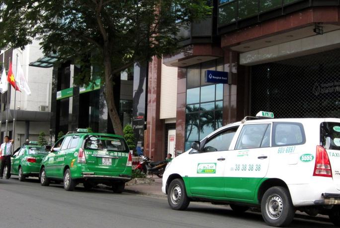 200 taxi túc trực tại 33 bệnh viện ở TP HCM chở miễn phí người bệnh - Ảnh 1.