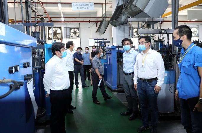 Chăm lo sức khỏe công nhân là bảo vệ sản xuất - Ảnh 1.