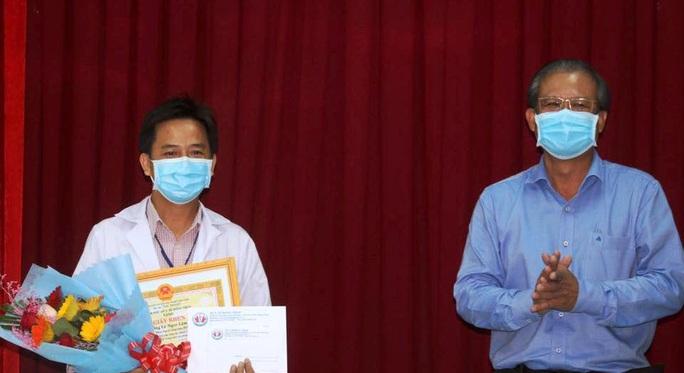 Khen thưởng bác sĩ chế tạo robot làm việc thay nhân viên y tế phòng Covid-19 - Ảnh 1.