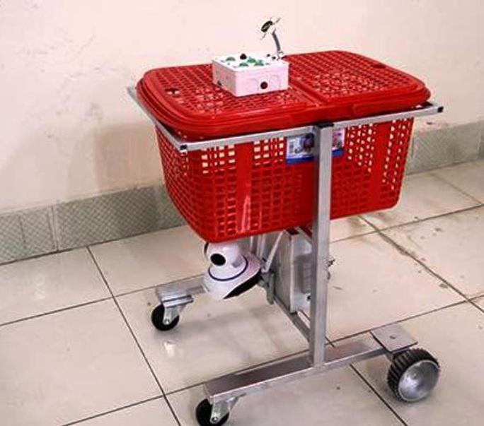 Khen thưởng bác sĩ chế tạo robot làm việc thay nhân viên y tế phòng Covid-19 - Ảnh 2.
