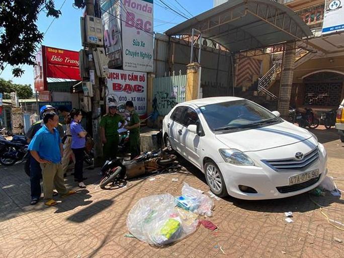 Khởi tố người phụ nữ đậu xe không kéo hết thắng tay, gây tai nạn chết người - Ảnh 1.