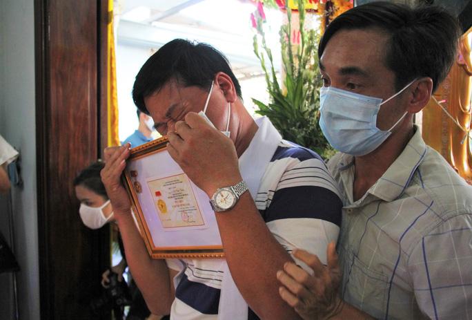 Thượng sĩ hy sinh ở Đà Nẵng được truy tặng Huy hiệu Tuổi trẻ dũng cảm - Ảnh 1.