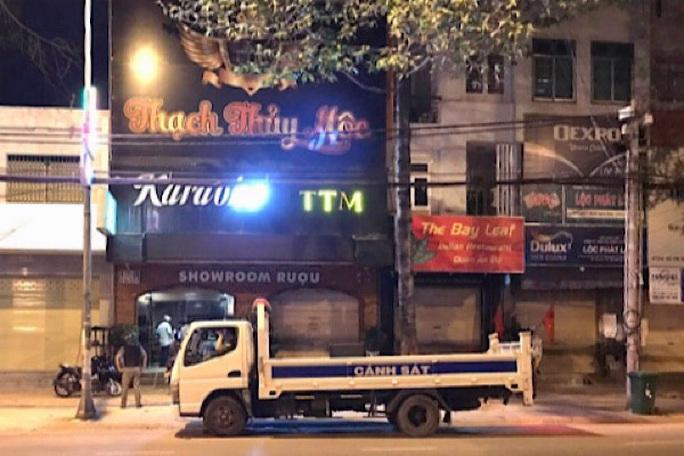 Bất chấp lệnh cấm, tụ tập sử dụng ma túy trong quán karaoke với mã tấu và roi điện - Ảnh 1.