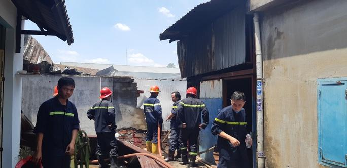 TP HCM: Khu nhà tạm của một doanh nghiệp bốc cháy, cả khu dân cư đông đúc hoảng sợ - Ảnh 1.