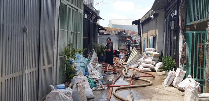 TP HCM: Khu nhà tạm của một doanh nghiệp bốc cháy, cả khu dân cư đông đúc hoảng sợ - Ảnh 2.