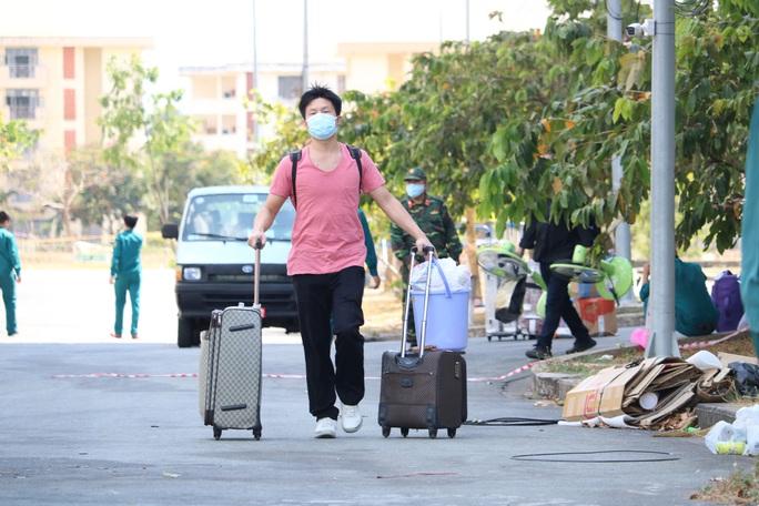 Hơn 2.000 người bịn rịn rời khu cách ly KTX ĐHQG TP HCM - Ảnh 2.
