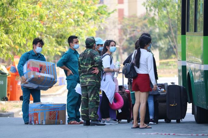 Hơn 2.000 người bịn rịn rời khu cách ly KTX ĐHQG TP HCM - Ảnh 4.