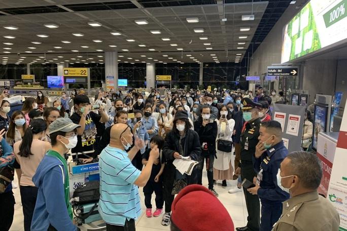 152 người Thái Lan về nước không chịu cách ly, gây náo loạn sân bay - Ảnh 1.