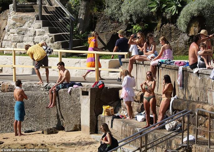 Hàng ngàn người tại điểm nóng Covid-19 ở Úc lại ra bãi biển vui chơi - Ảnh 5.