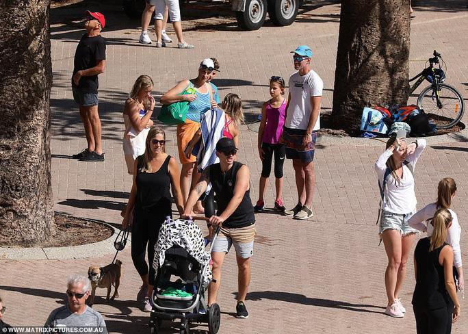 Hàng ngàn người tại điểm nóng Covid-19 ở Úc lại ra bãi biển vui chơi - Ảnh 6.