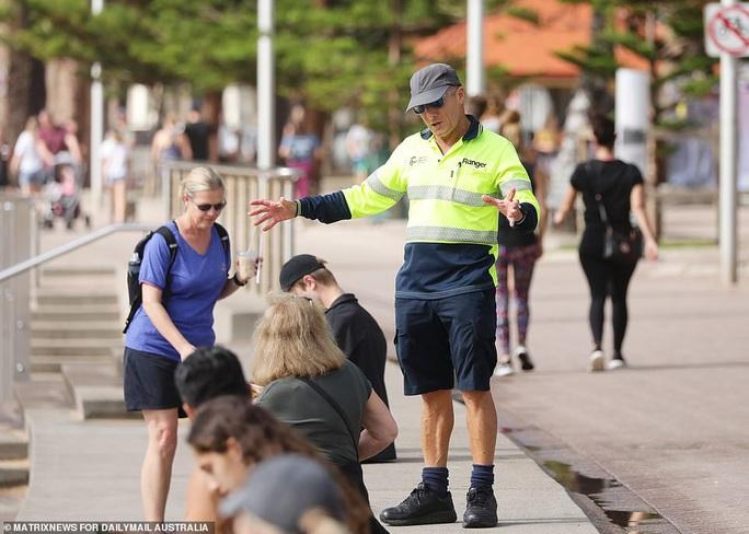 Hàng ngàn người tại điểm nóng Covid-19 ở Úc lại ra bãi biển vui chơi - Ảnh 9.