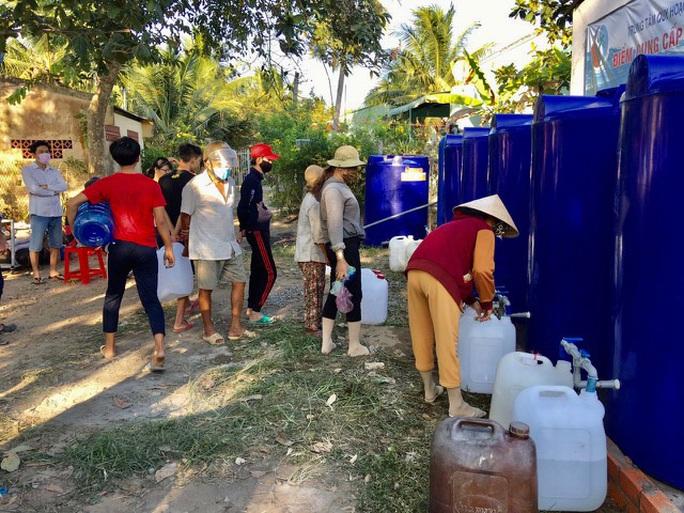 Bến Tre: Người dân nhận nguồn nước ngọt miễn phí của Bộ Tài nguyên và Môi trường - Ảnh 1.