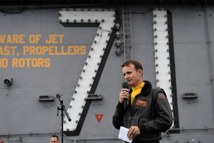 Hạm trưởng tàu sân bay Mỹ bị sa thải mắc Covid-19 - Ảnh 1.