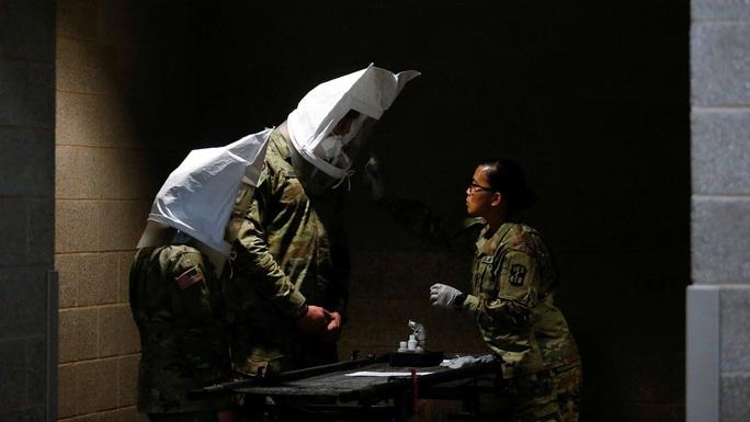 Covid-19: Quân đội Mỹ tự chế đồ che mặt, có gì dùng nấy - Ảnh 1.