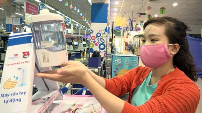 Đồng Tháp: Nhân viên siêu thị chế tạo máy rửa tay kháng khuẩn - Ảnh 1.