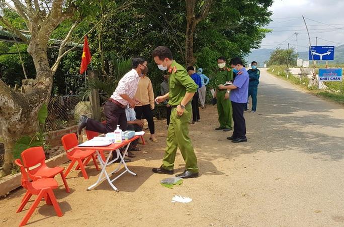 Quảng Nam truy tìm thanh niên tát nữ cán bộ chốt kiểm dịch Covid-19 - Ảnh 2.